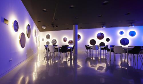 сине-фиолетовый интерьер кафе