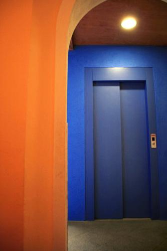 синий оранжевый в интерьере