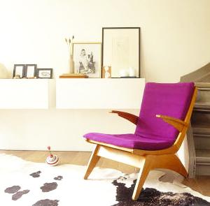 красно-фиолетовое кресло