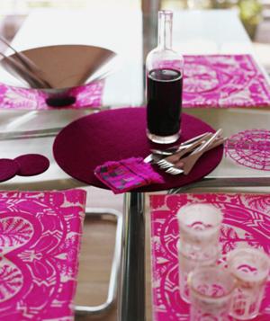 ступеньки в красно-фиолетовых цветах