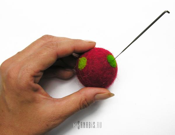 красный шарик из войлока